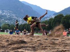 Die Mitglieder von Floorball Uri versuchen sich in Tenero im Schwingen. (Bild: Adrian Wipfli)