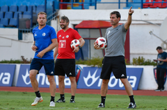 Christian Schwegler, Assistenztrainer Michael Silberbauer und Trainer René Weiler. (Bild: Martin Meienberger, Olympiakos, 8. August 2018)