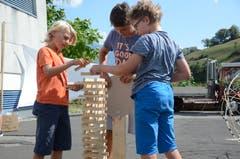 Der Turm aus Holzklötzchen soll später durch einen mit einem Katapult geschossenen Leuchtstab zerstört werden. Die Buben probierten ihre Ideen aus, bis es funktioniert.