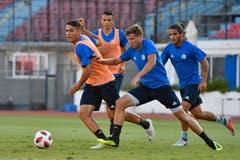 Filip Ugrinic, Yannick Schmid, Idriz Voca und Francisco Rodriguez bahnen sich ihren Weg zum Ball. (Bild: Martin Meienberger, Olympiakos, 8. August 2018)