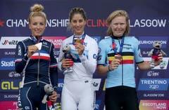 Siegerin Jolanda Neff (Mitte) mit der zweitplatzierten Französin Pauline Ferrand (links) und der Drittplatzierten Belgierin Githa Michiels (rechts) auf dem Podium (Bild: Jane Barlow/PA via AP)