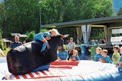 Besonderes Vergnügen für Zwischendurch: Jedes Kind durfte einen wilden Ritt auf dem Bullen machen. (Bild: Robert Kucera)
