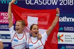 Dritter Platz im leichten Doppelzweier: Die Schweizerinnen Patricia Merz und Frederique Rol feiern ihre Bronzemedaille. (Bild: AP Photo/Darko Bandic)
