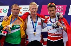 Auch der Neuenkircher Roman Röösli (rechts) holt sich Edelmetall. Er gewann im Skiff die Bronze-Medaille. Röösli zusammen mit Sieger Kjetil Borch (Mitte, Norwegen) und Silber gewinner Mindaugas Griskonis (links, Littauen).