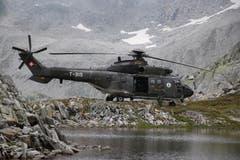 Die Soldaten werden mit dem Super-Puma in die verschiedenen Gebiete transportiert und wieder abgeholt. (Bild: Philipp Zurfluh, Realp, 9. August 2018)