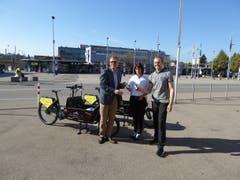 Die Schlüsselübergabe (von links): Stadtrat Daniel Stutz, Cinewil-Geschäftsführerin Felicitas Zehnder und Focacceria-Geschäftsführer Patrick Studerus (Bild: PD)
