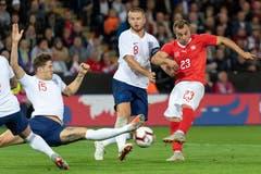 Englands John Stones und Englands Eric Dier gegen Xherdan Shaqiri. (Bild: KEYSTONE/Georgios Kefalas)
