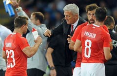 In der Pause: Coach Vladimir Petkovic im Gespräch mit Xherdan Shaqiri, links. (Bild: AP Photo/ Rui Vieira)