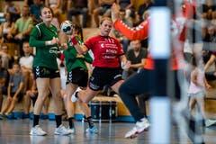 Greta Grandjean (Mitte) im Spiel gegen LC Brühl Handball II im Eichli Stans. (Bild: Philipp Schmidli, Stans, 9. September 2018)