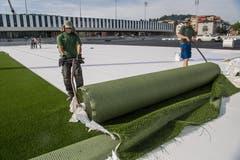 Der Rasen soll nach einer Woche fertig ausgerollt sein. Danach wird er mit 216 Tonnen Sand beschwert. (Bild: Nadia Schärli, Kriens, 10. September 2018)