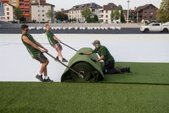 Das neue Kleinfeld Stadion in Kriens erhält einen Kunstrasen. Seit Montag, 10. September 2018, trägt die holländische Firma Greenfields den Rasen auf. (Bild: Boris Bürgisser, Kriens, 10. September 2018)