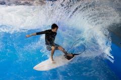 Ein Surfer zeigt auf der ersten, schweizweit festeingebauten Surfwelle der Schweiz in der Mall of Switzerland sein Können. (Bild: Urs Flüeler / Keystone (Ebikon, 12. September 2018))