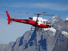 Ein Helikopter ist für Bauarbeiten im Einsatz, im Hintergrund ist das Wetterhorn zu sehen. (Bild: Josef Müller (Männlichen, 11. September 2018))