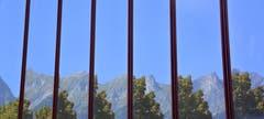 Im Kurpark in Bad Ragaz das Spiegelbild vom Falknis (Bild: Hans Adelmann)