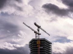 2018 läufts noch wie geschmiert - doch für das kommende Jahr ziehen Wolken am Konjunkturhimmel auf: Die BAK-Ökonomen erwarten etwa, dass sich der Bauboom dem Ende zuneigt. (Bild: KEYSTONE/CHRISTIAN BEUTLER)