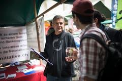 Ein Stand der Vollgeld-Initiative auf dem Info-Bazar des elften Sufo. (Bild: Peer Füglistaller - 30. Mai 2015)