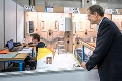 Volle Konzentration - trotz Promi-Besuch: Roman Käslin, Elektroinstallateur EFZ, aus Nottwil bei seiner Prüfung. Beobachtet wird er vom Luzerner Bildungsdirektor Reto Wyss.