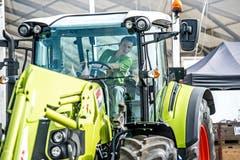 Simon Helfenstein, Landwirt EFZ, aus Gunzwil bewist sein Können hinter dem Lenkrad eines Traktors.