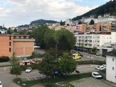 Polizei, Notarzt und Krankenwagen sind vor Ort. (Bild: Luca Ghiselli)