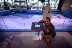 Jan Wengeler, Centerleiter der Mall of Switzerland, startet die Welle.