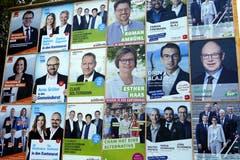 Momentan lächeln die Kandidatinnen und Kandidaten von zahlreichen Plakatwänden. Hier in Cham. Bild: Werner Schelbert (9. September 2018)