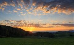 Ein farbenfroher Sonnenaufgang in Dietschwil/Kirchberg (Bild: Roland Hof)