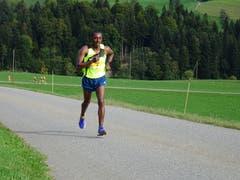 Willisauer Lauf: Gleicher Sieger wie letztes Jahr, Nasero Kadi hier am Berg schon weit voraus. (Bild: Josef Müller (Willisau, 22. September 2018))