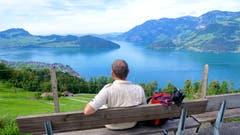 Auf dem Wanderweg Emmetten-Beckenried blicken wir auf den Vierwaldstättersee und nach Beckenried und Ennetbürgen. (Bild: Regula Aeppli (Emmetten, 22. September 2018))