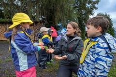 Bereits auf dem Weg in den Waldkindergarten werden die Kinder sanft an das Thema Herbst eingeführt. (Bild: Pius Amrein, Meggen, 24. September 2018)