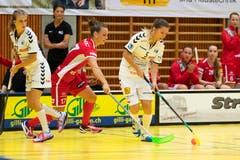 Die Zugerin Weronika Noga (am Ball) gegen Frauenfelds Sandra Mischler, links beobachtet von Noelle Städler. (Bild: Roger Zbinden, (Zug, 22. September 2018))