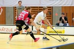 Zugs Tim Mock (rechts) gegen Florian Tromm. (Bild: Roger Zbinden, (Zug, 22. September 2018))