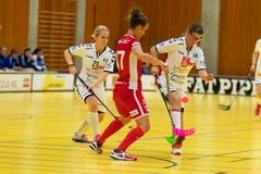 Frauenfelds Sandra Mischler (in Rot) gegen Zugs Sandra Kuster (links) und Sabrina Bösch. (Bild: Roger Zbinden, (Zug, 22. September 2018))