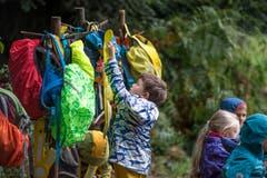 Wie in einem konventionellen Kindergarten gibt es auch im Waldkindergarten Meggen eine Garderobe für die Knaben und Mädchen. (Bild: Pius Amrein, Meggen, 24. September 2018)