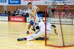 Der Zuger Ligatopskorer Billy Nilsson gegen Goalie Jonas Wittwer. (Bild: Roger Zbinden, (Zug, 22. September 2018))