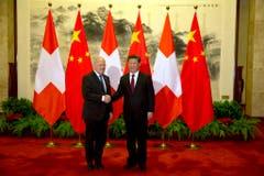 Der wohl grösste Erfolg als Bundesrat: 2014 brachte Johann Schneider-Ammann die Verhandlungen über ein Freihandelsabkommen zum Abschluss. Hier zu sehen: Johann Schneider-Ammann mit Chinas Präsidenten Xi Jingping in Peking. (Bild: Keystone)