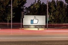 Unterwegs in die «Gefällt-mir-Welt»: Facebook sei mehr mit einem Staat zu vergleichen als einer Firma, meint sein Gründer Mark Zuckerberg. (Bild: Jason Doiy/Getty)