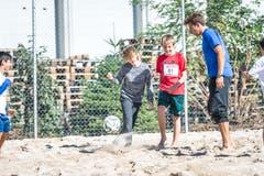 Mit Spass dabei: Damian Kunz aus Willisau (zweiter von rechts) beim Beachsoccer. (Bild: Roger Grütter (Sursee, 25. September 2018))