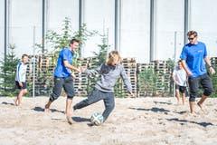 Schüler spielen Beachsoccer. (Bild: Roger Grütter (Sursee, 25. September 2018))