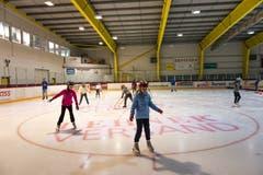 Neben den Wettkämpfen konnte die Kinder auch Schlittschuhlaufen. (Bild: Roger Grütter (Sursee, 25. September 2018))