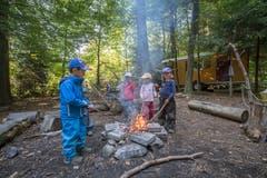 Die Freude über das (selbst-)gemachte Feuer ist gross. Nun können Würste oder andere Esswaren heiss gemacht werden. (Bild: Pius Amrein, Rothenburg, 19. September 2018)