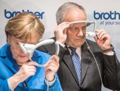 Johann Schneider-Ammann mit der deutschen Bundeskanzlerin Angela Merkel an der Informatikmesse Cebit. (Bild: Keystone)