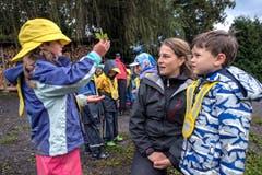 Unterwegs spielen die Kinder mit gefundenen Naturgegenständen «Schäri, Stei, Papier, Natur». (Bild: Pius Amrein, Meggen, 24. September 2018)