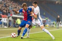 Basels Silvan Widmer, links, kämpft um dem Ball gegen Luzerns Ruben Vergas. (Bild: KEYSTONE/Alessandro della Valle)