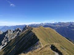 Gratwanderweg zwischen Biet und Mändli mit toller Aussicht auf die Berge. (Bild: Urs Gutfleisch (Biet und Mändli, 26. September 2018))