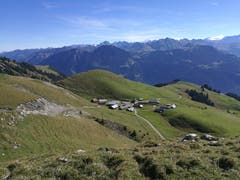 Die Alp Breitenfeld (1764 m) auf dem Bergweg hinauf auf den Schönbüel. (Bild: Urs Gutfleisch (Alp Breitenfeld, 26. September 2018))