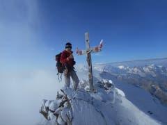 Auf dem Gipfel vom Dom 4545m. Links vom Gipfelkreuz ist teilweise die Monte-Rosa Gruppe zu sehen. Rechts vom Gipfelkreuz sind folgende Berge zu sehen: Lyskamm, Castor, Pollux Breithorn und das Matterhorn. (Bild: Raphael Wellig (Wallis, 8. September 2018))
