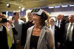 Doris Leuthard testet an der Olma eine VR-Brille. (Bild: Gian Ehrenzeller/Keystone (St. Gallen, 12. Oktober 2017))