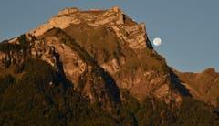 Der Mond geht neben dem von der Morgensonne rot erleuchteten Pilatus unter. (Bild: Karl Odermatt (Hergiswil, 27. September 2018))