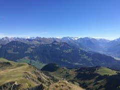 Die Aufnahme entstand zwischen Mändli und Dundelegg. Tolle Fernsicht auf die Berge. Im Vordergrund sieht man die Bergstation Turren. (Bild: Urs Gutfleisch (Mändli, 26. September 2018))