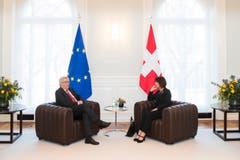 Doris Leuthard im Gespräch mit EU-Präsident Jean-Claude Juncker. (Bild: Peter Klaunzer (Bern, 23. November 2017))